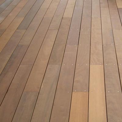 Pose de terrasse en bois exotique, tropical près de Saint-Laurent-du